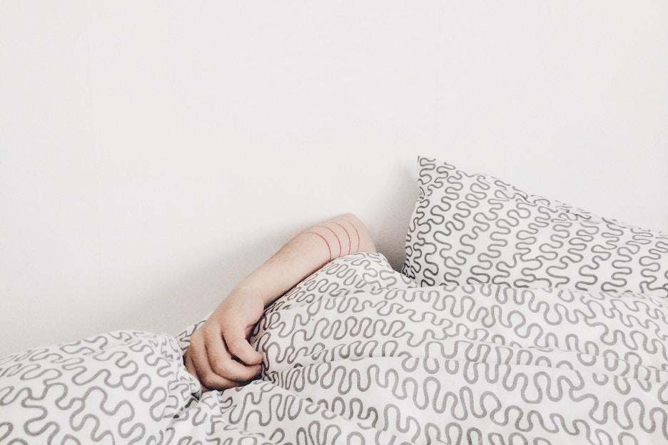 Dit is waarom je altijd je gordijnen dicht moet doen als je gaat slapen