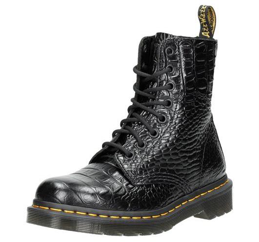 a1b6ab4f8c0 Ze doet het goed met een zomerjurkje, maar ook in de aankomende herfst  raken de Dr Martens-schoenen niet uit de stijl. Combineer met de andere  herfsttrend ' ...