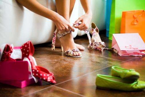 b259df04f41 De juiste pastijd is het halve werk. Ja! Het is shoptijd! En dus sta je het  liefst al om 09.00 uur 's ochtends voor de eerste de beste schoenenwinkel.